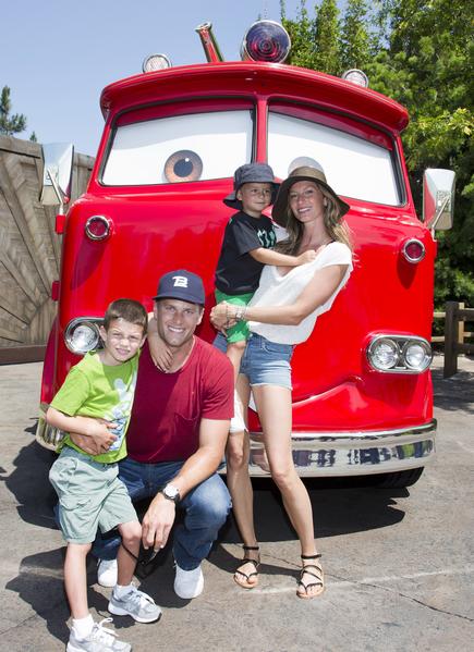 2013年邦辰夫妇和一双儿女同游加州迪士尼乐园。(Paul Hiffmeyer/Disneyland Resort via Getty Images)