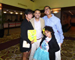1月6日晚,Ale Jandro De La Cruz偕同夫人、兒女一同觀看了神韻紐約藝術團在美國佛州萊克蘭中心的第二場演出。他們讚歎神韻引人入勝。(袁麗/大紀元)