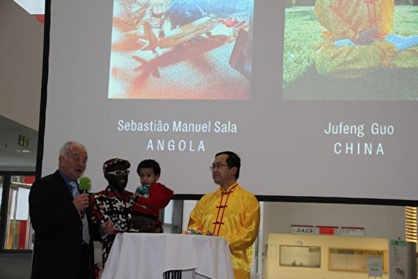 移民书籍《家乡132》新书发布仪式上,法轮功学员郭居峰被邀请发言讲述他的故事,该照片被刊登在多特蒙德市政府的官方网页上。(大纪元)