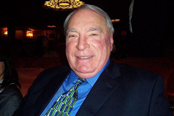 Navato前市長Bill Cope非常喜歡神韻。(周容/大紀元)