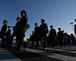 中共十九大后,习当局对武警部队进行了重大改革。近期当局的官方档显示,武警今后将由双重管理改由中央军委单一管理。(MARK RALSTON/AFP/Getty Images)