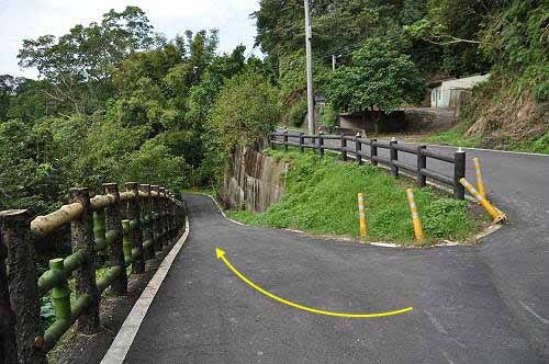 从新厝福德宫旁的弯道下行,即可接回望古赏瀑步道(终点水泥桥)。 (图片提供:tony)