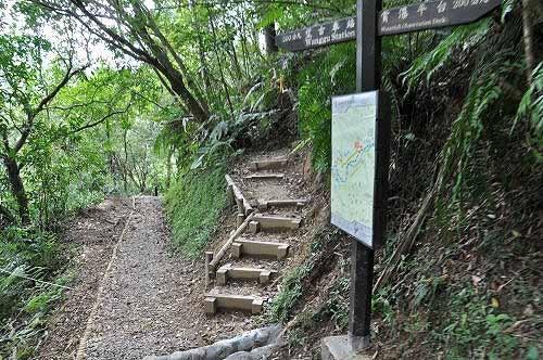 岔路往岭脚寮山,通往岭脚寮及岭脚车站,也是新整修的步道。 (图片提供:tony)