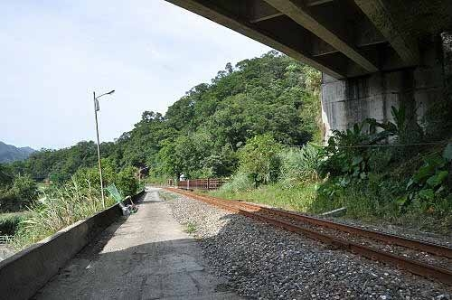 经过望古产业道路高架桥下,右前方即为望古赏瀑步道入口。 (图片提供:tony)
