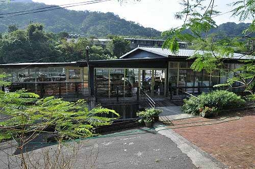 望古车站旁有一规模不小的特色餐厅。 (图片提供:tony)