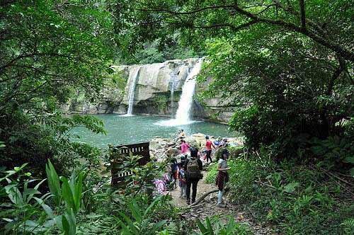 """岭脚瀑布,又称""""岭脚石窟大瀑布"""",为平溪第二大瀑布。 (图片提供:tony)"""