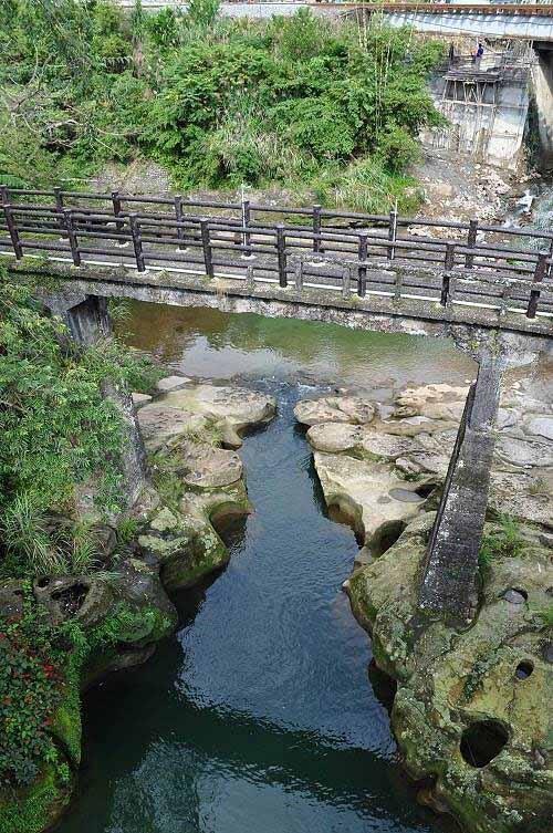 岭脚古桥,已设置扶栏,可以走至桥上,俯瞰桥下的基隆河壶穴地形。 (图片提供:tony)