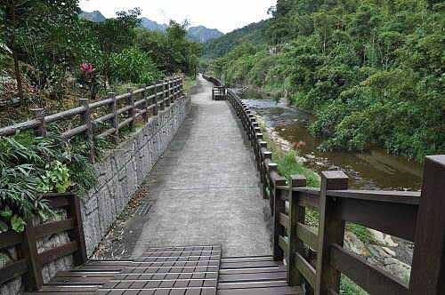 岭脚河边步行道。(图片提供:tony)