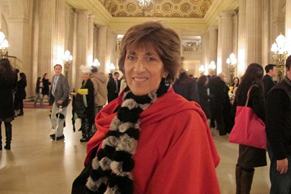 著名建築師Gilda Puente-peters和家人一起觀看神韻。(梁欣/大紀元)