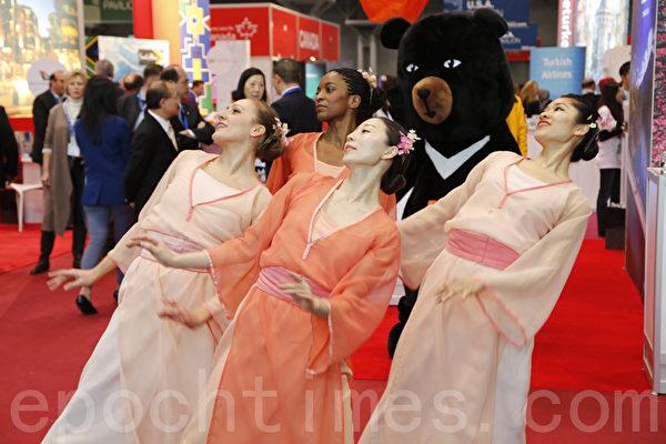 台湾舞蹈团在摊位前表演舞蹈。(施施萍/大纪元)