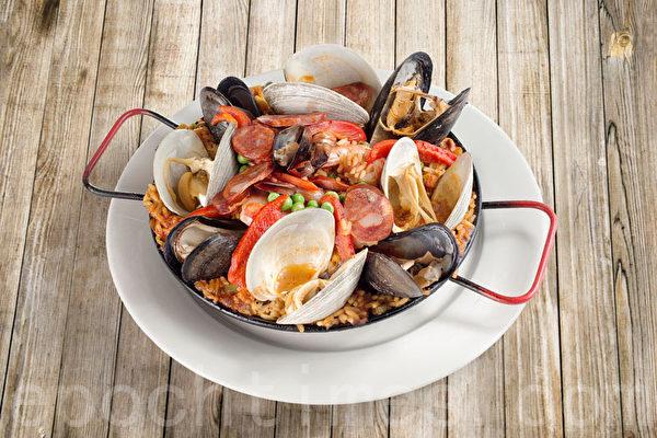 含丰富三文鱼、蛤蜊、贻贝、大虾的海鲜烩饭。(张学慧/大纪元)