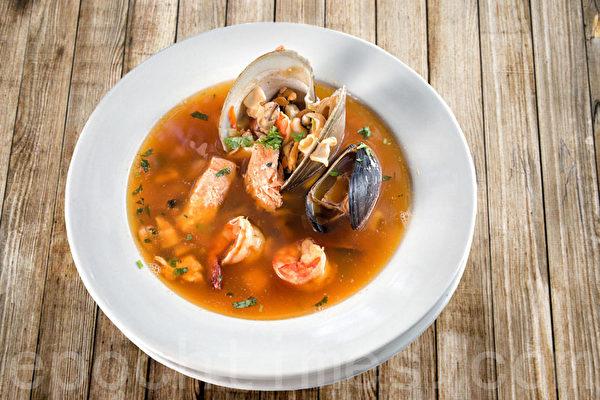 三文鱼、贻贝、鲜虾、鱿鱼、蛤蜊熬制的海鲜汤。(张学慧/大纪元)