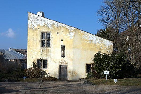貞德的出生地,現在成了博物館。村莊的教堂就在右邊幾棵樹的後面,當時貞德經常前去進行禱告。(維基百科公共領域)