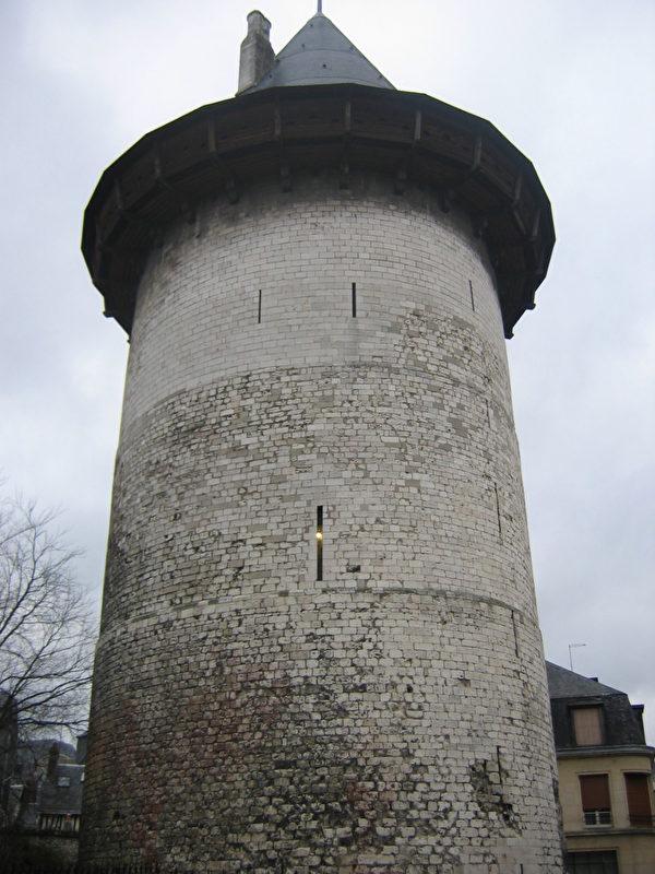 貞德在審判的過程中被監禁在位於盧昂的這座高塔中。後來這座塔便被稱為聖女貞德塔。(維基百科公共領域)