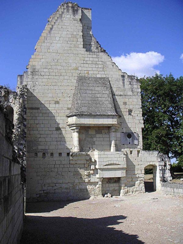 貞德當年與查理王儲首次會面的大廳的廢墟。位於希農的這座城堡如今只剩下高塔部分完整無缺,成為聖女貞德的博物館。(維基百科公共領域)