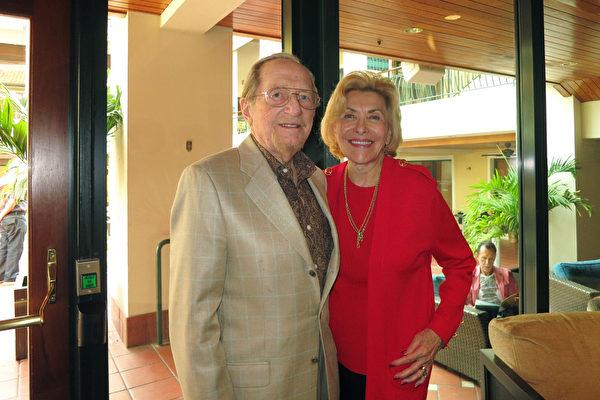1月9日晚上午,George Meyer和太太Marilyn Meyer在佛州劳德代尔堡的布劳沃德表演艺术中心观看了神韵纽约艺术团在当地的第二场演出。(林南/大纪元)