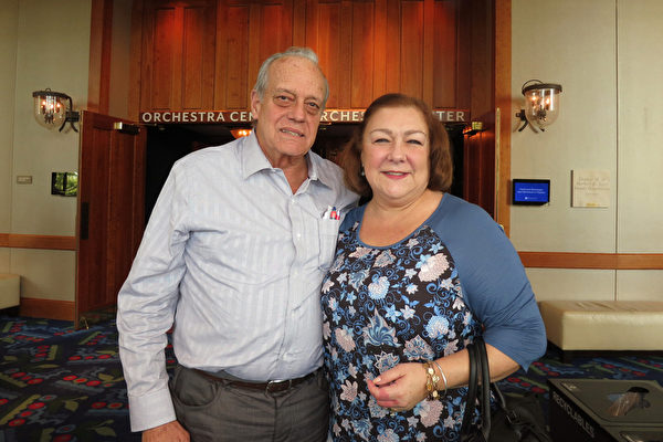 1月9日上午,Eddy Cueto先生和太太Lisa Cueto在佛州劳德代尔堡的布劳沃德表演艺术中心观看了神韵纽约艺术团在当地的第二场演出。(林南/大纪元)