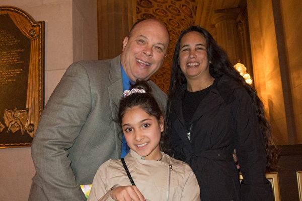 商業地產公司老闆Craig Semmelmeyer攜太太Sharon及孫女Laura觀賞了1月9日下午的神韻世界藝術團的演出。(馬亮/大紀元)