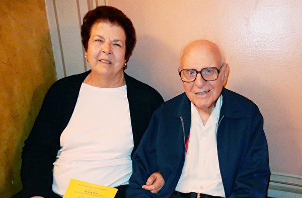 退休電氣工程師Fred送妻子Judy聖誕禮物,觀賞神韻巡迴藝術團在費城音樂學院劇院演出(肖捷/大紀元)