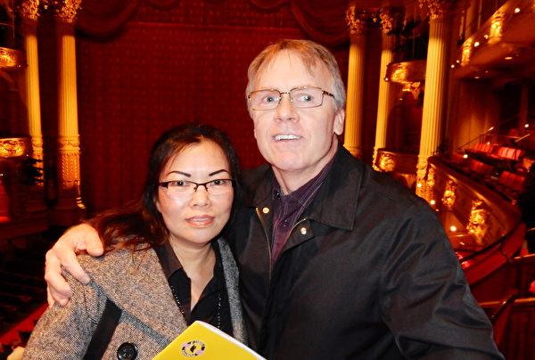Andy Adamwick攜印尼華裔妻子Titi觀看神韻巡迴藝術團在費城音樂學院劇院演出(肖捷/大紀元)