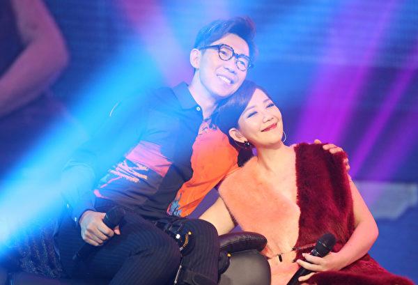 品冠(右)坐轮椅上海开唱,梁静茹惊喜登场陪好友情歌对唱。(种子音乐提供)