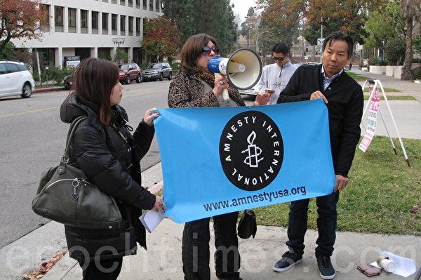 國際特赦組織代表Tracy Gore在集會上發言。(劉菲/大紀元)