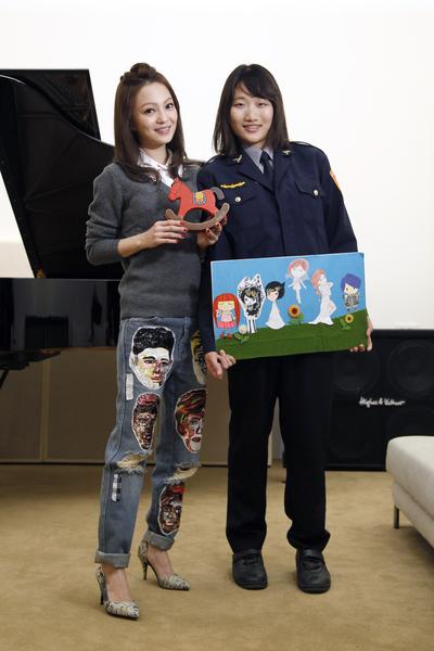 張韶涵(左)與女警粉絲相見歡,驚喜得知對方是十年的鐵粉後好感動。(天涵音樂提供)