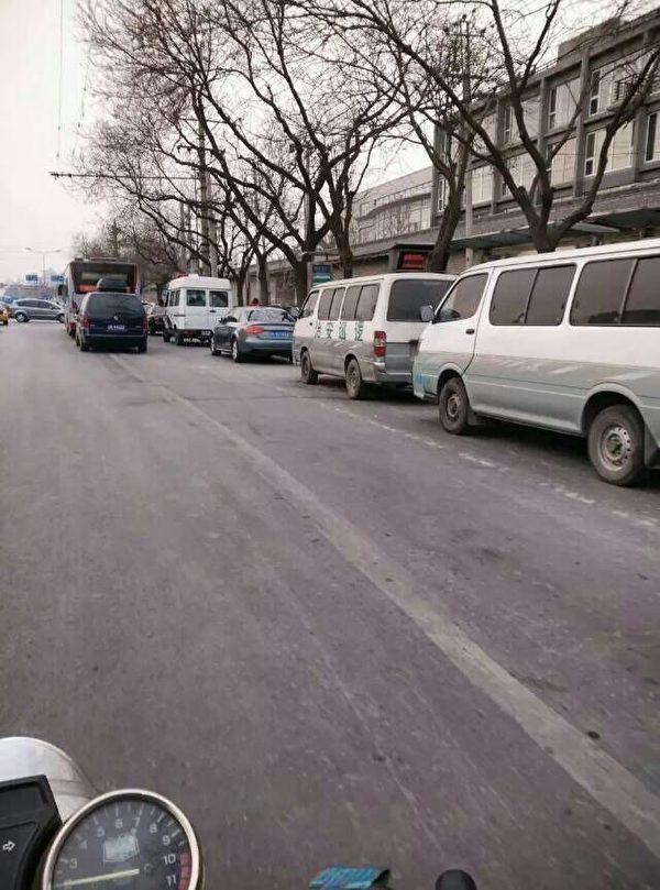 1月10日,是访民大集访日。数千名访民聚集在北京中共信访局门口,当局调动大批警力,封锁现场,拉警戒线抓人。图为信访局前布满警车、警察。(知情人士提供)