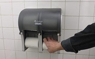李叔说,有些人不习惯用干手的风筒,却将湿漉漉的手按在卷筒手纸上,弄湿厚厚一大截卫生纸。(蔡溶/大纪元)
