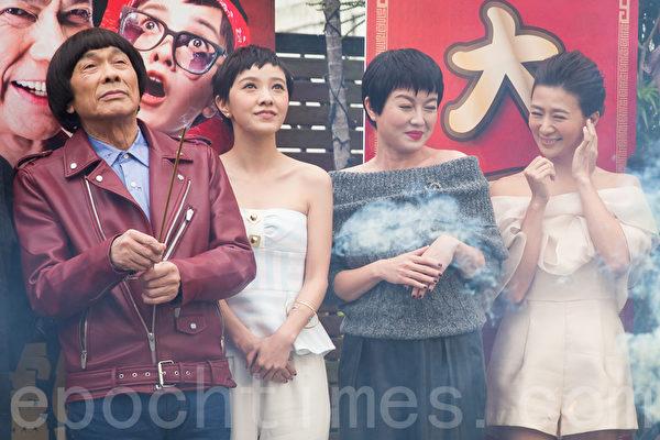 藝人豬哥亮(左起)、郭采潔、苗可麗、連靜雯1月12日在台北宣傳賀歲片《大尾鱸鰻2》。(陳柏州/大紀元)