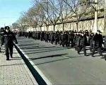 1月10日,是訪民大集訪日。數千名訪民聚集在北京中共信訪局門口,當局調動大批警力,封鎖現場,拉警戒線抓人。圖為信訪局前布滿警車、警察。(知情人士提供)