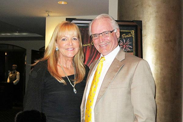 2016年1月12日晚,Dan Vondrachek先生与太太RoxanneVondrachek在美国佛州圣彼得堡的能源发展艺术中心马哈菲剧院(The Mahaffey Theater of the Progress Energy Center for the Arts)观看了神韵国际艺术团在当地的首场演出。(林南/大纪元)