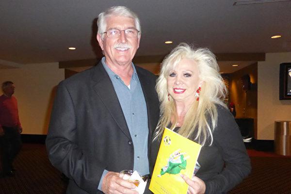 1月12日晚,销售公司老板Clark Williams和太太Gale Williams赞神韵美丽非凡,还想明晚再来看神韵。(袁丽/大纪元)