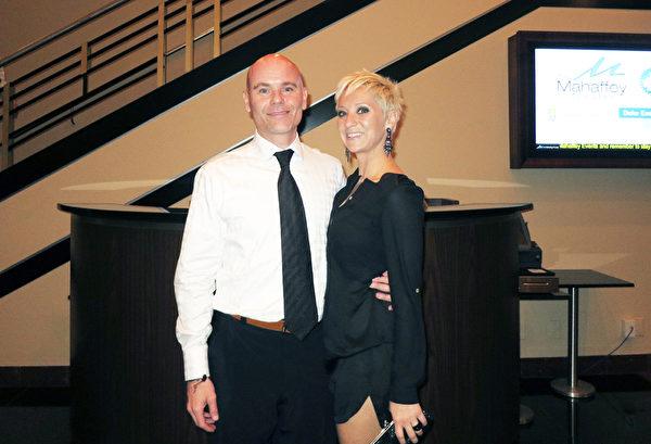 2016年1月12日晚,A.G. Dillard先生和未婚妻Taylor Hopson在美国佛州圣彼得堡的能源发展艺术中心马哈菲剧院(The Mahaffey Theater of the Progress Energy Center for the Arts)观看了神韵国际艺术团在当地的首场演出。(林南/大纪元)