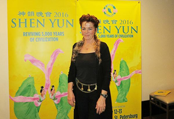 2016年1月12日晚,Sunni Strauss女士在美国佛州圣彼得堡的能源发展艺术中心马哈菲剧院(The Mahaffey Theater of the Progress Energy Center for the Arts)观看了神韵国际艺术团在当地的首场演出。(林南/大纪元)