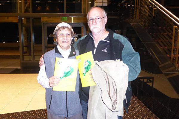 1月12日晚,Hamblet夫妇一同观看了神韵国际艺术团的首场演出,他们赞叹看到神韵神性的一面,深受启发。(袁丽/大纪元)