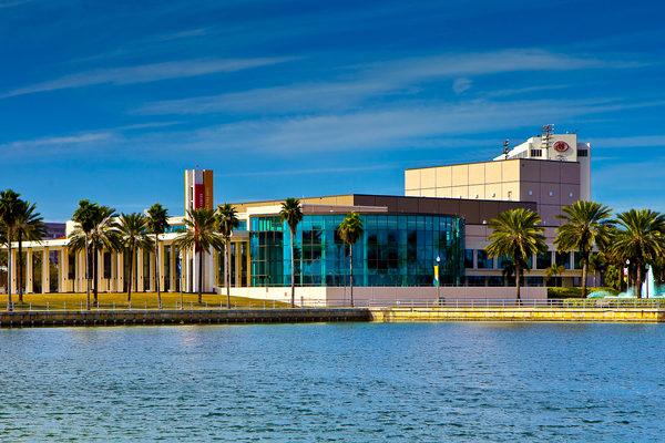 2016年1月12日至13日,神韵国际艺术团在美国佛州圣彼得堡的能源发展艺术中心马哈菲剧院(The Mahaffey Theater of the Progress Energy Center for the Arts)进行两场演出。(Mark Zou/大纪元)