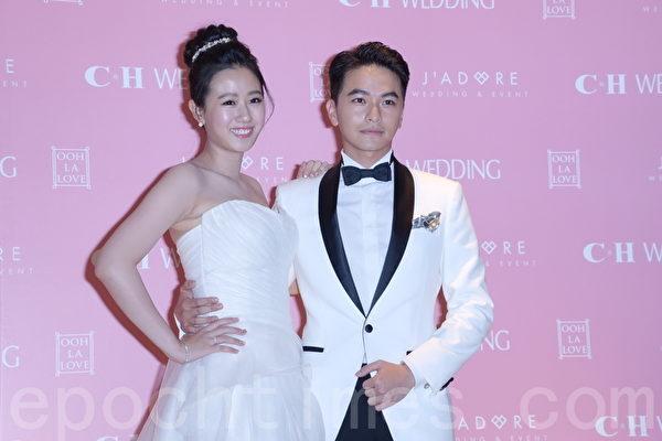 杨铭威、方志友于2016年1月13日在台北补婚宴前受访拍照。(黄宗茂/大纪元)