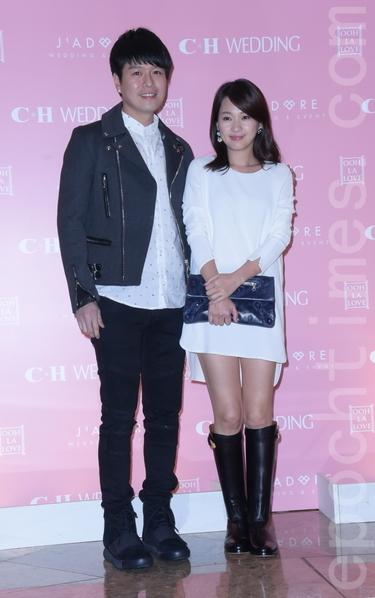 杨铭威、方志友于2016年1月13日在台北补婚宴。图为李易、六月。(黄宗茂/大纪元)
