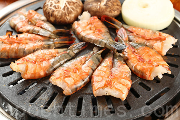 大锅盖烤虾。(张学慧/大纪元)