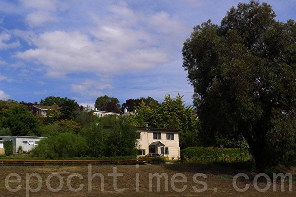 涼爽幽靜的新諾福克古鎮,居民房就在田園中。(華苜/大紀元)