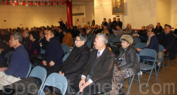 中华公所全体议员、助选的侨社成员逾百人观看选举。(蔡溶/大纪元)