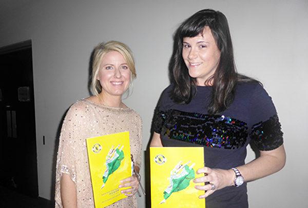 """1月13日晚,前来圣彼得堡访友的Rachel Toole(左)和朋友Beth Crawford慕名前来观看了神韵国际艺术团在美国佛州圣彼得堡能源发展艺术中心马哈菲剧院演出,Toole表示:""""我想是被提升了。""""(袁丽/大纪元)"""