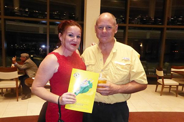 1月13日晚,船舶修理公司老板Wayland Moneith先生和朋友Sarah Boren女士观看了神韵国际艺术团在美国佛州圣彼得堡能源发展艺术中心马哈菲剧院演出。(袁丽/大纪元)