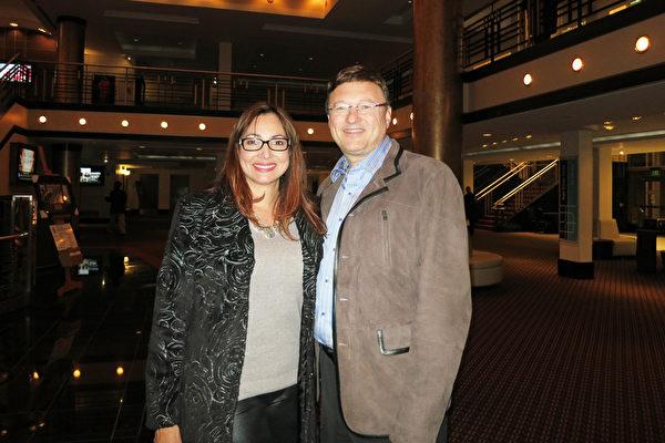 2016年1月13日晚,Dan Heinig医生与太太Janet Heinig在美国佛州圣彼得堡的能源发展艺术中心马哈菲剧院(The Mahaffey Theater of the Progress Energy Center for the Arts) 一起观看了神韵国际艺术团在当地的最后一场演出。(林南/大纪元)