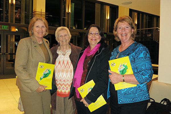 2016年1月13日晚,Julie Glaspy(左一)、Linda Steiner(右二)和Leslie Dellas(右一)在美国佛州圣彼得堡的能源发展艺术中心马哈菲剧院(The Mahaffey Theater of the Progress Energy Center for the Arts)与母亲(左二)一起观看了神韵国际艺术团在当地的最后一场演出。(林南/大纪元)