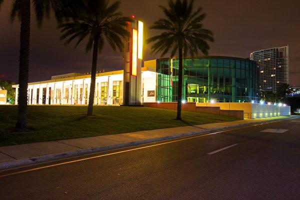 1月13日晚,神韵国际艺术团在美国佛州圣彼得堡能源发展艺术中心马哈菲剧院进行在当地的最后一场演出。观众盛赞神韵艺术精湛,希望明年再来圣彼得堡。(Mark Zou/大纪元)