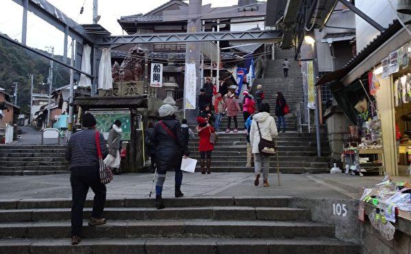 105阶 右侧是商店,在开始爬阶初期,两侧或单侧仍然有一些商店。(王知涵/大纪元)