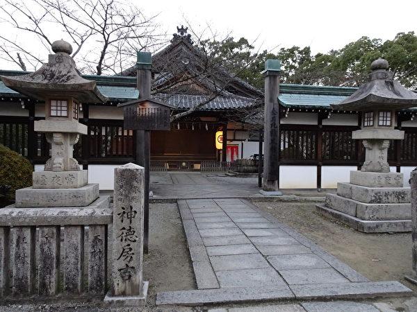 参拜途中见到几个未知名的房舍(王知涵/大纪元)