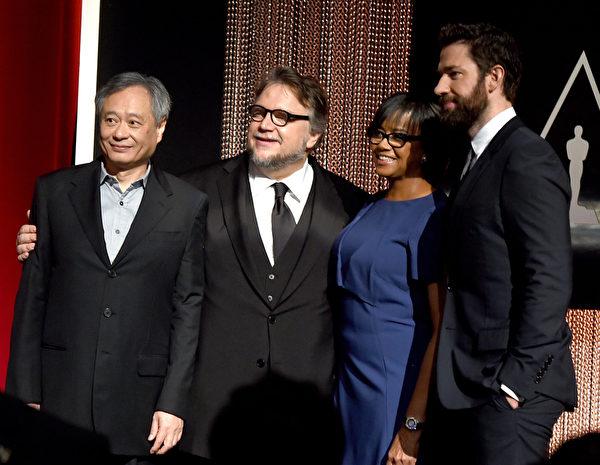 (左起)著名華人導演李安與墨西哥導演吉列莫‧德爾托罗(Guillermo Del Toro)、美國影藝學院主席謝麗爾‧布恩、演員約翰‧克拉辛斯基(John Krasinski)合影於記者會。(Kevin Winter/Getty Images)